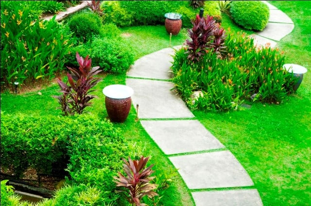 SIMPLE STONE LAID GARDEN PATHWAY